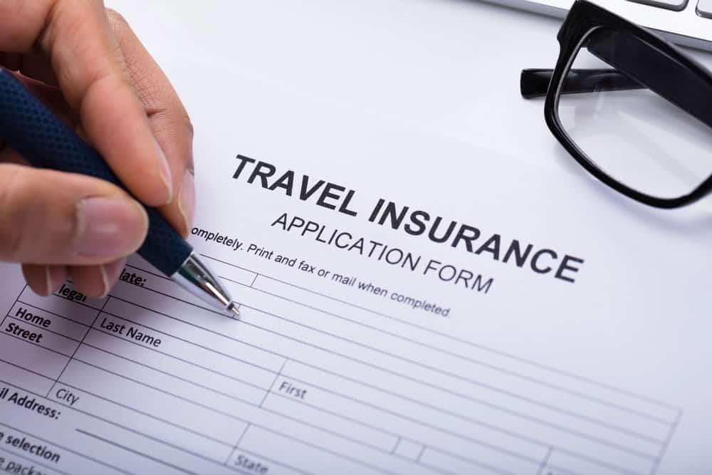 Firmando un seguro de viajes