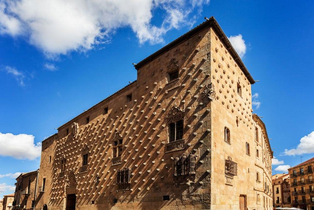 Fachada de la Casa de las Conchas en Salamanca