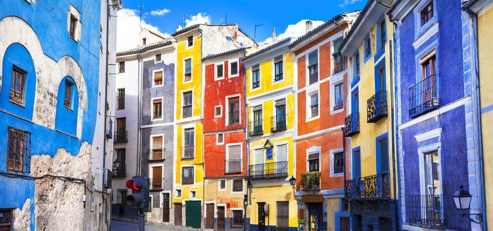 Casas de colores en calle Alfonso VIII, casco histórico de Cuenca