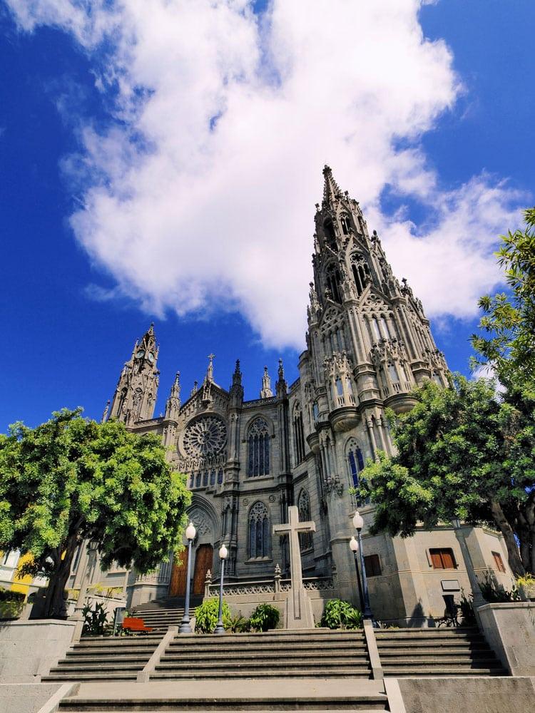 Fachada exterior de la catedral del pueblo de Arucas en Gran Canaria