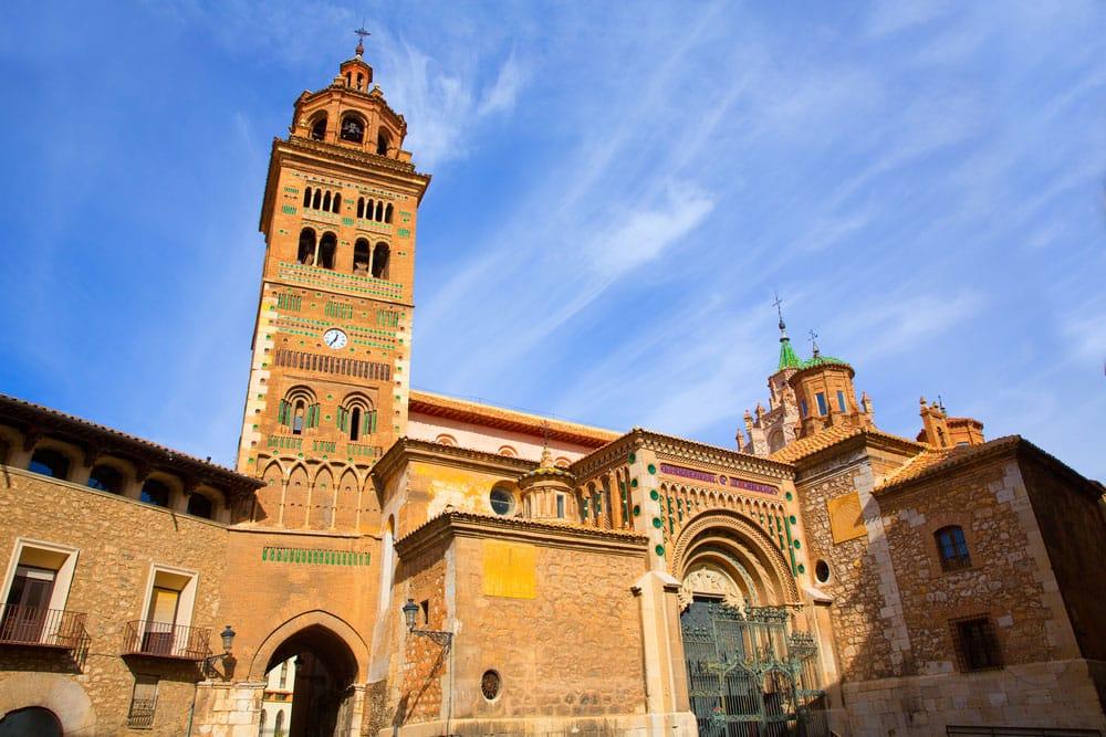 Fachada de catedral y torre de Santa María en Teruel