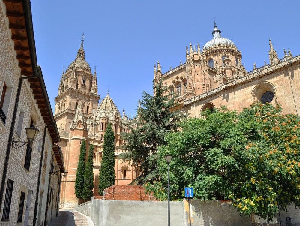 Exteriores de las dos catedrales de Salamanca