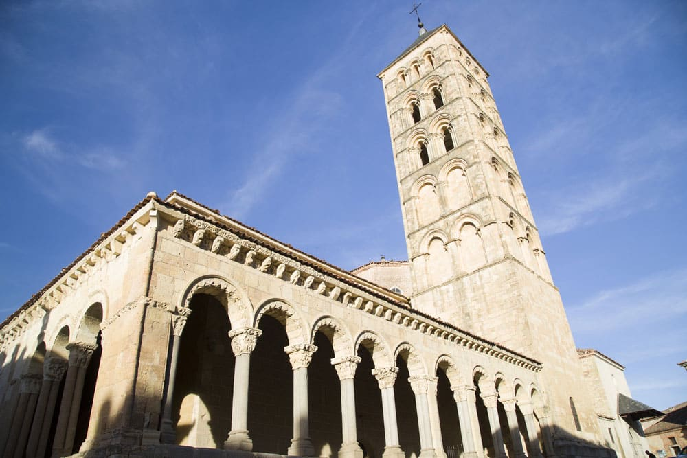 Iglesia de San Martín, torre y arcos en Segovia