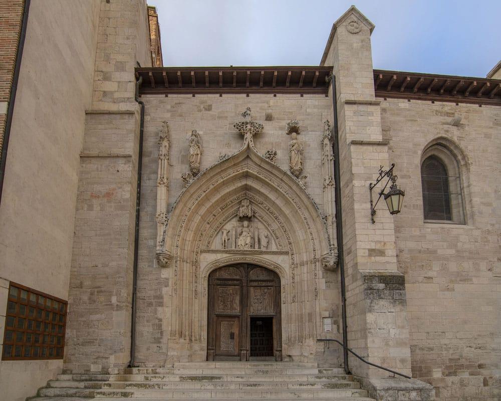 Puerta de entrada a la Iglesia de San Nicolás de Bari en Burgos
