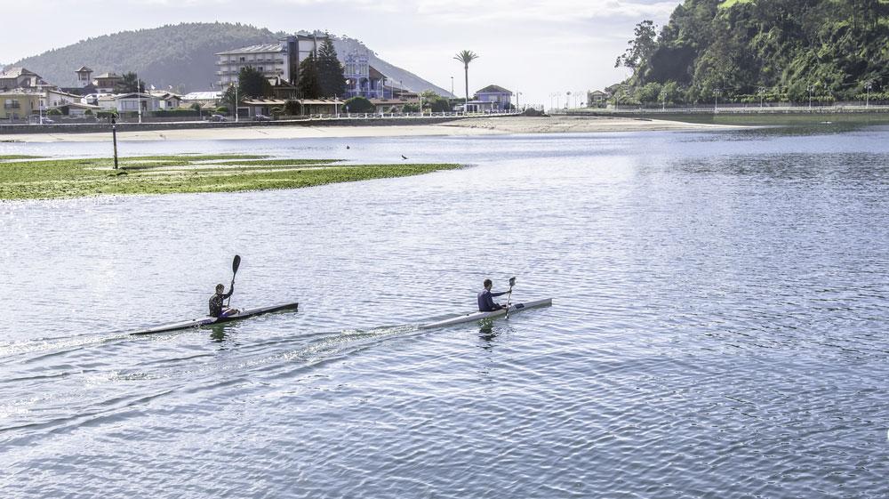 Río Sella con kayaks en Ribadesella, Asturias