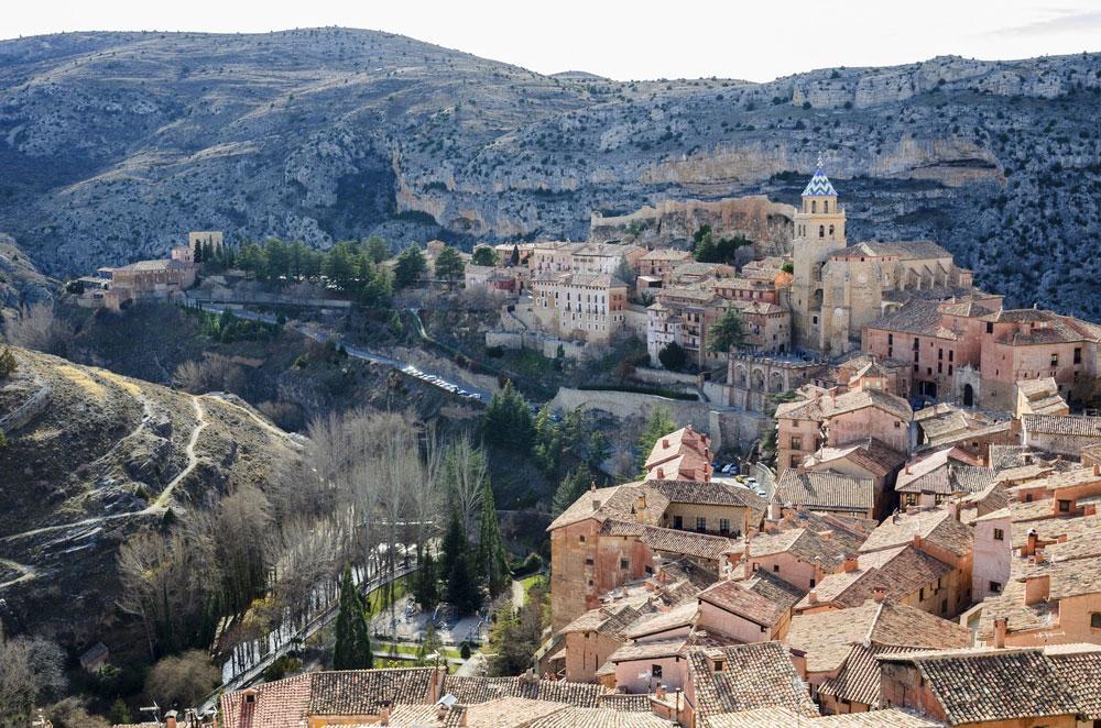 Vista general del pueblo de Albarracín con murallas y castillo medievales, Teruel