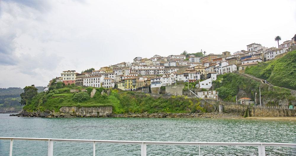 Imagen del pueblo de Lastres con el mar en asturias