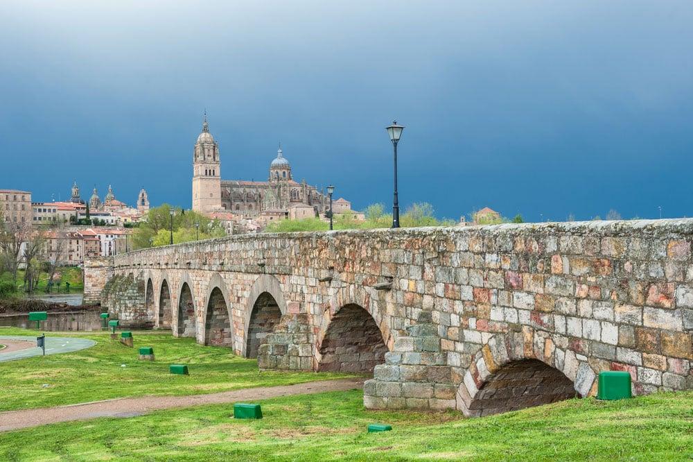 Puente romano de piedra en Salamanca