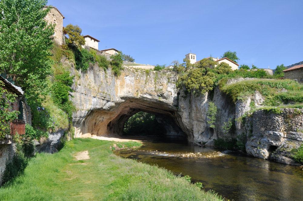 Detalle puente natural en la localidad de Pentedey en Burgos