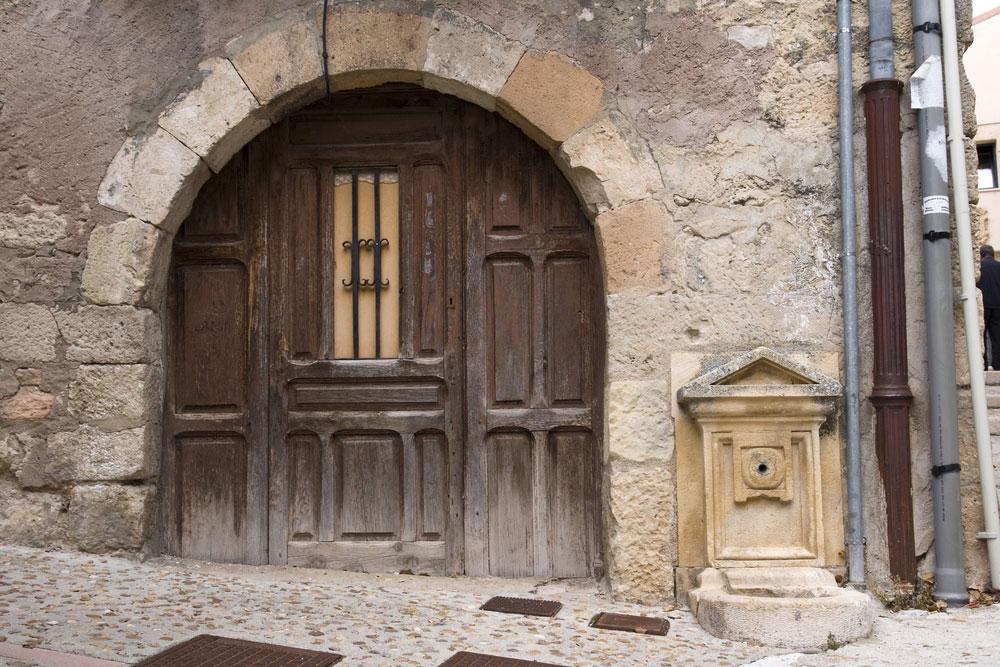 Puerta con arco en casa antigua de Sepúlveda, Segovia