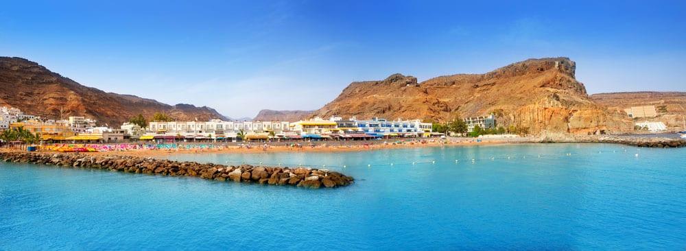 Vista general, playa y casas de Puerto de Mogán en Gran Canaria
