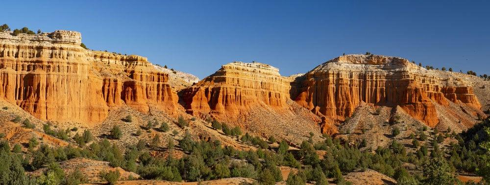 Montañas rojizas en rambla de Barrachina en provincia de Teruel