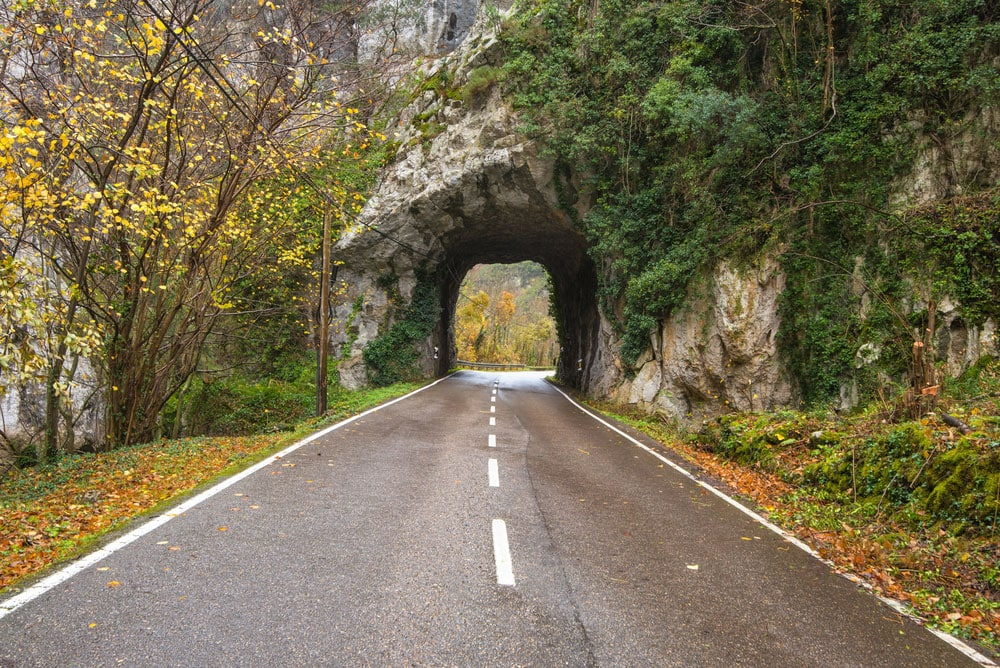 Túnel en montaña Parque Natural de Somiedo, Asturias