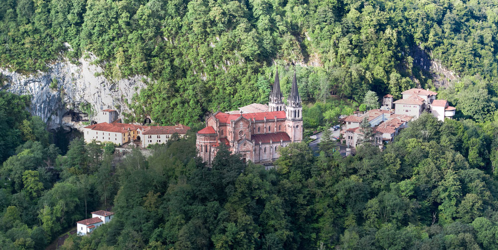 Panorámica de Basílica Santa María de Covadonga, Picos de Europa, Asturias