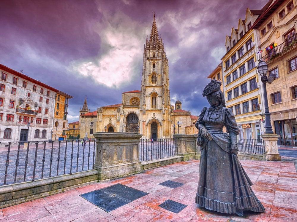 Vista de la Plaza y Catedral de Oviedo