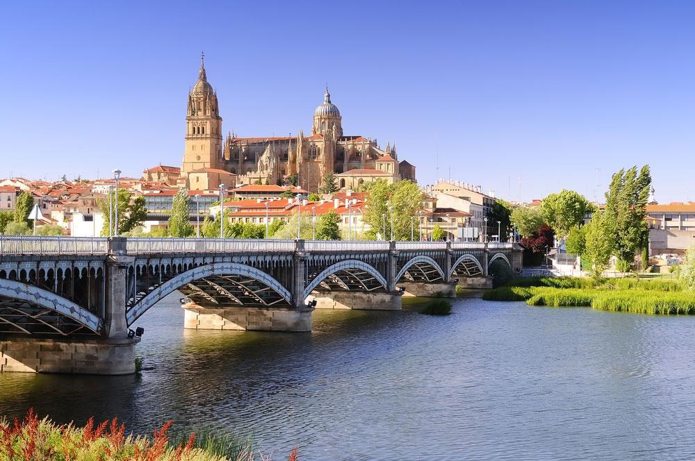Vista general de Salamanca con puente romano y catedral al fondo