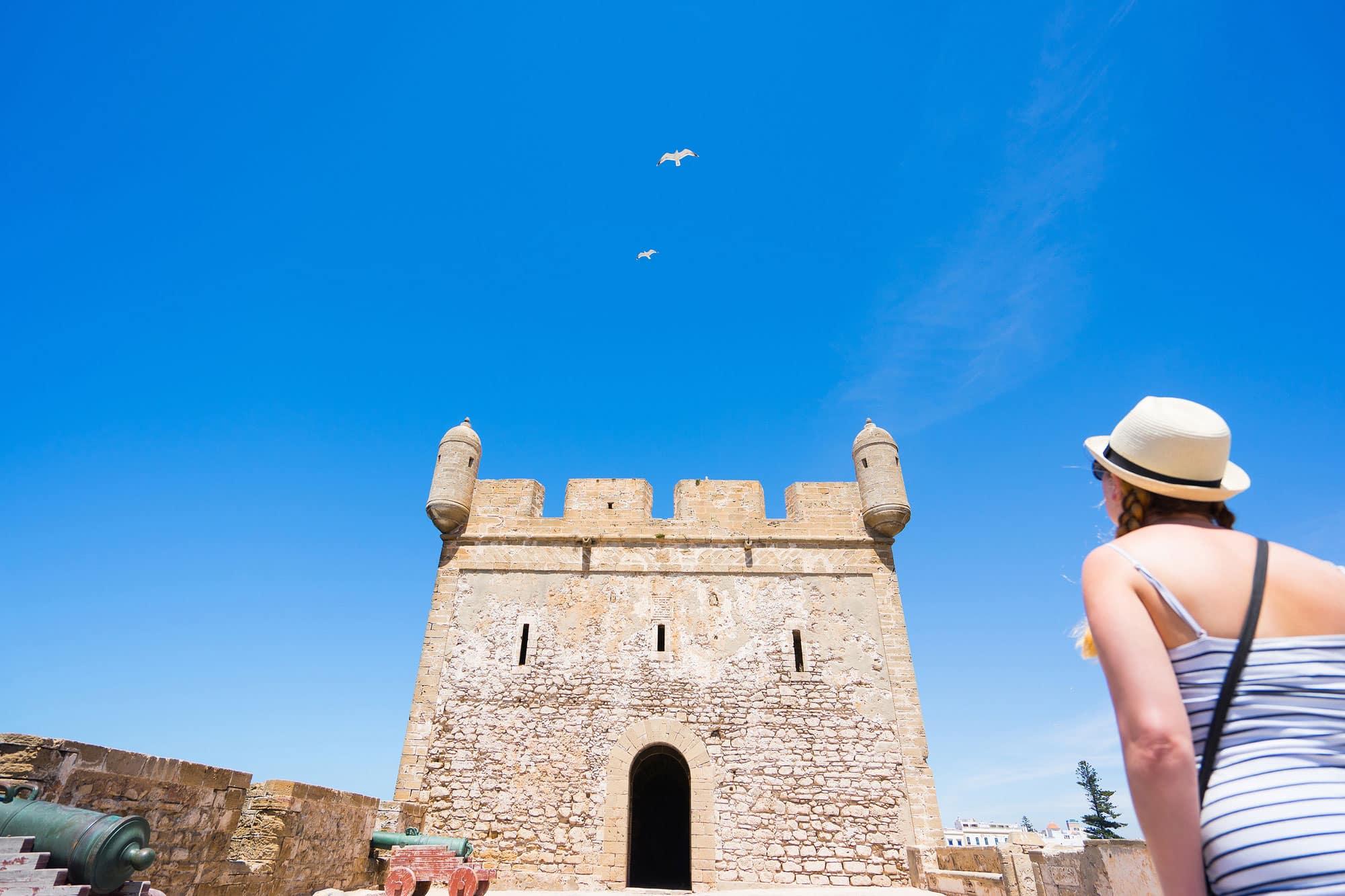 Mujer turista en Fort Skala du Port Essaouira, Marruecos