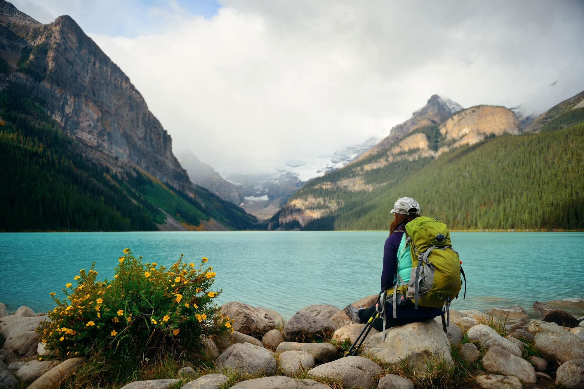 Mujer viaja sola, en Parque Nacional Banff de Canadá
